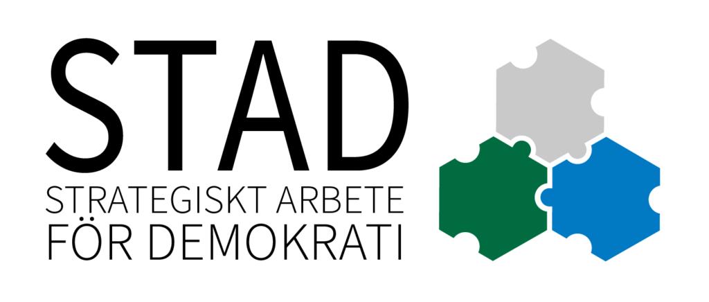Logotyp för projekt Stad som visar tre trianglar och texten Stad - strategiskt arbete för demokrati
